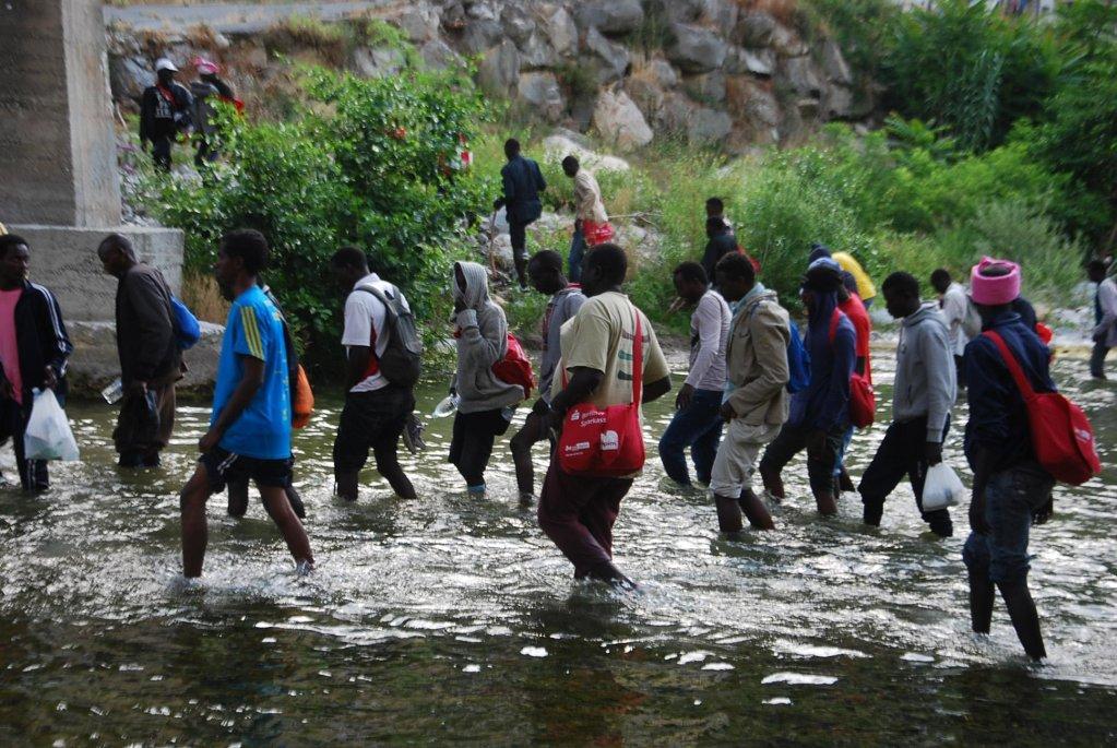 ANSA / مهاجرون يجتازون نهر روايا بالقرب من فينتميليا في شمال غرب إيطاليا، قرب الحدود الفرنسية. المصدر / أرشيف / شيارا كارنيني.