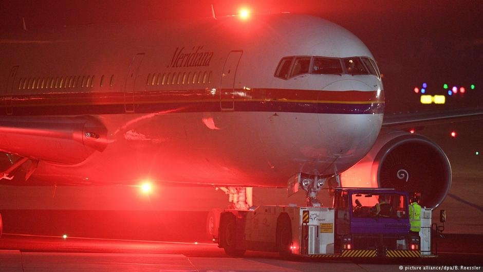 A plane at Frankfurt airport believed to be preparing for a deportation flight, December 2016 | Photo: picture-alliance/dpa/B. Roessler