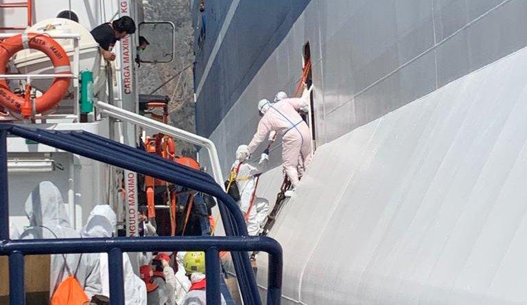 En Italie, 180 migrants ont été mis en quarantaine sur un ferry Rubattino amarré face au port de Palerme, principale ville de Sicile. Crédit : Reuters