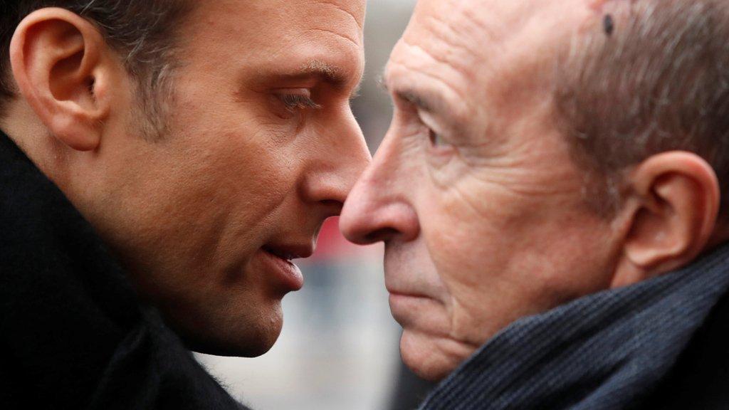 الرئيس الفرنسي إيمانويل ماكرون ووزير الداخلية جيرارد كولومب / رويترز