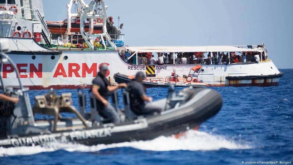 The Open Arms off Lampedusa with an Italian coast guard boat in the foreground | Photo: Picture-alliance/dpa/F.Bungert