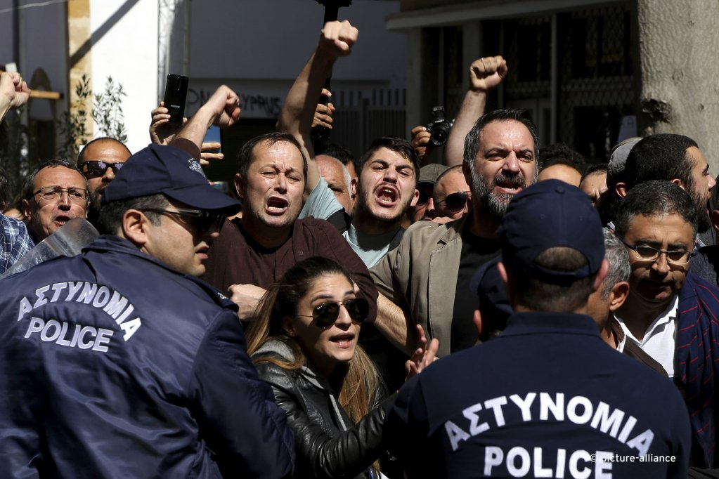 Turkish Cypriot demonstrators shout slogans during a protest against a closed crossing point in the ethnically divided capital Nicosia, Cyprus on March 8, 2020 | Photo: picture alliance / AP Photo