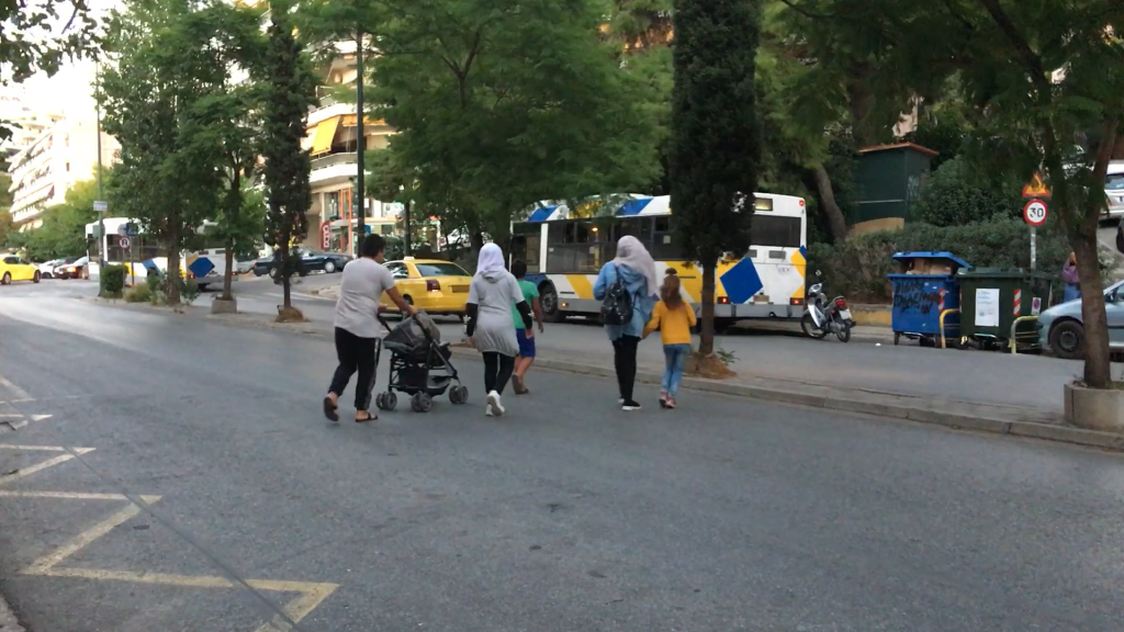 يرتدي أطفال خديجة أجمل ما لديهم من الملابس، ويخرجون لجمع قناني البلاستيك. تصوير: مرام سالم