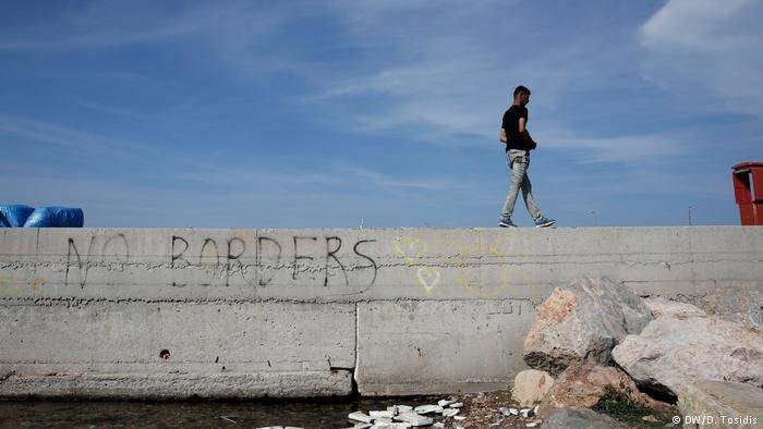 'No borders': Graffiti along the Balkan route (DW/D. Tosidis)