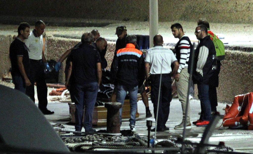 ANSA / واحد من توابيت غرقى القارب المنقلب على بعد ستة أميال من جزيرة لامبيدوزا، المصدر: أنسا.