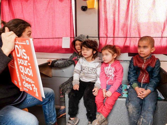 aset93.com |Des enfants des bidonvilles prennent des cours dans un camion-école de l'association Aset 93 (capture d'écran).