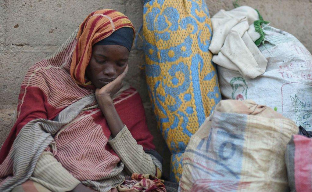 Mehdi Chebil pour France 24 | Portrait d'une réfugiée soudanaise avec ses bagages, devant la Direction régionale de l'état-civil d'Agadez, le 3 février 2018