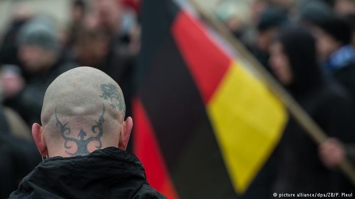 picture alliance/dpa/ZB/P. Pleul  صورة رمزية لليمين المتطرف في ألمانيا