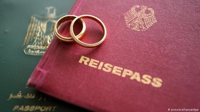 صورة تعبيرية: جواز سفر ألماني وخواتم زواج