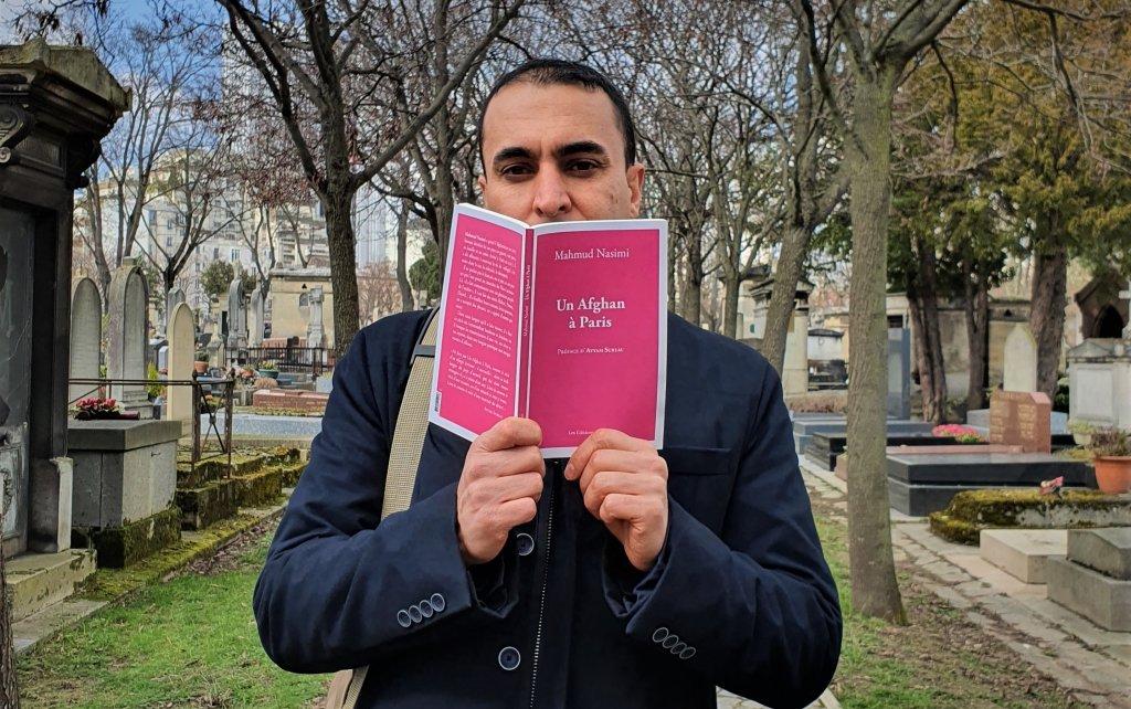 """محمود نسیمی مهاجر افغان و نویسنده کتاب """"یک افغان در پاریس"""" ١٩ مارچ ٢٠٢١ گورستان مونپارناس، پاریس. عکس: مهاجرنیوز/ ح انوری"""
