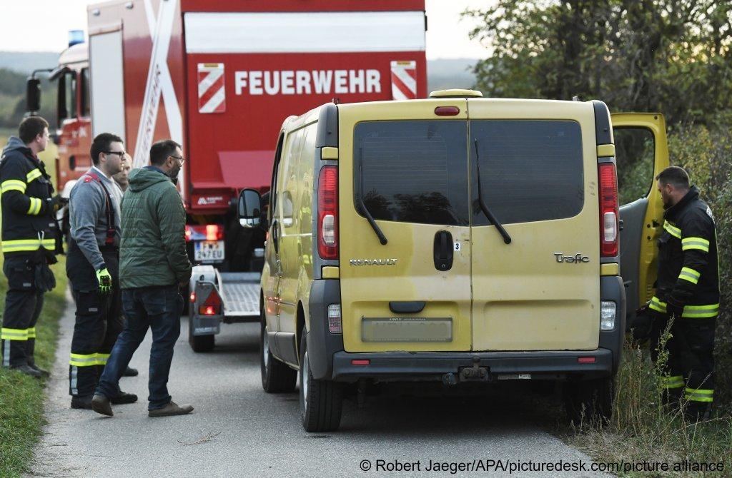 عثرت  الشرطة النمساوية على 30 شخصًا مهربين في شاحنة مجرية. تم العثور على اثنين منهم ميتين.