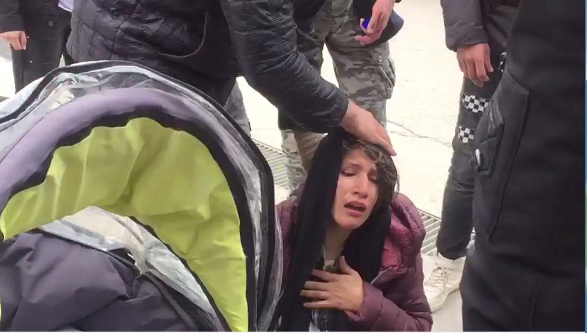 یک زن مهاجر افغان که در اثر گاز اشک آور پولیس یونان حالش بد شده است. عکس از  ویدئویی که یک مهاجر افغان برای ما فرستاده است.