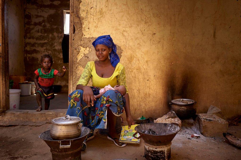 Une mère déplacée avec son bébé prépare de la nourriture au camp pour les personnes qui ont fui Mondoro, à Gao le 15 octobre 2020. Crédit :  UNOCHA