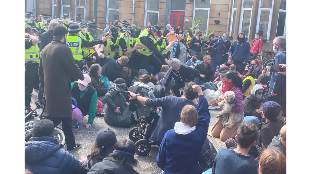 بیش از ۲۰۰ مهاجر به روز پنجشنبه ۱۳ می در شهر گلاسکو در سکاتلند علیه اخراج مهاجران اعتراض کردند. عکس: هنری رینر/ رویترز