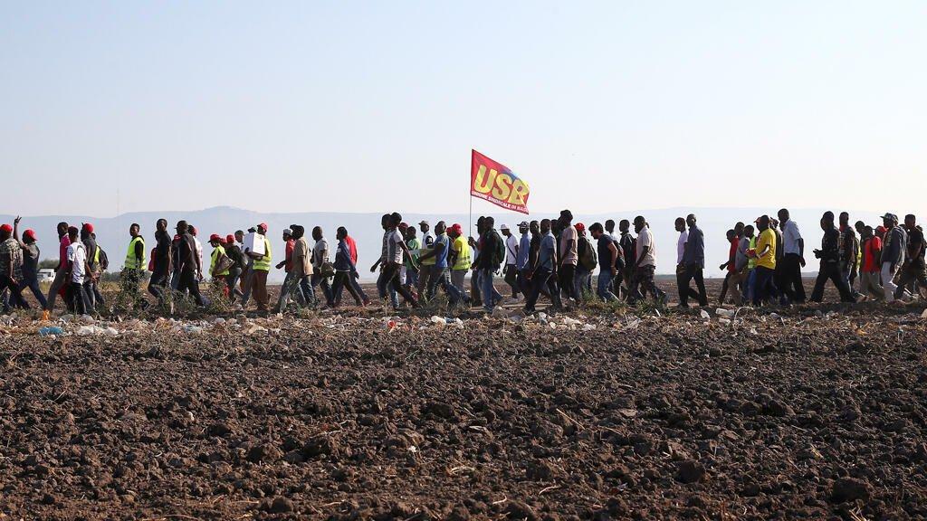 © (رويترز  |مسيرة احتجاجية للعمال الأفارقة في إيطاليا بعد وفاة 16 من زملائهم سنة 2008