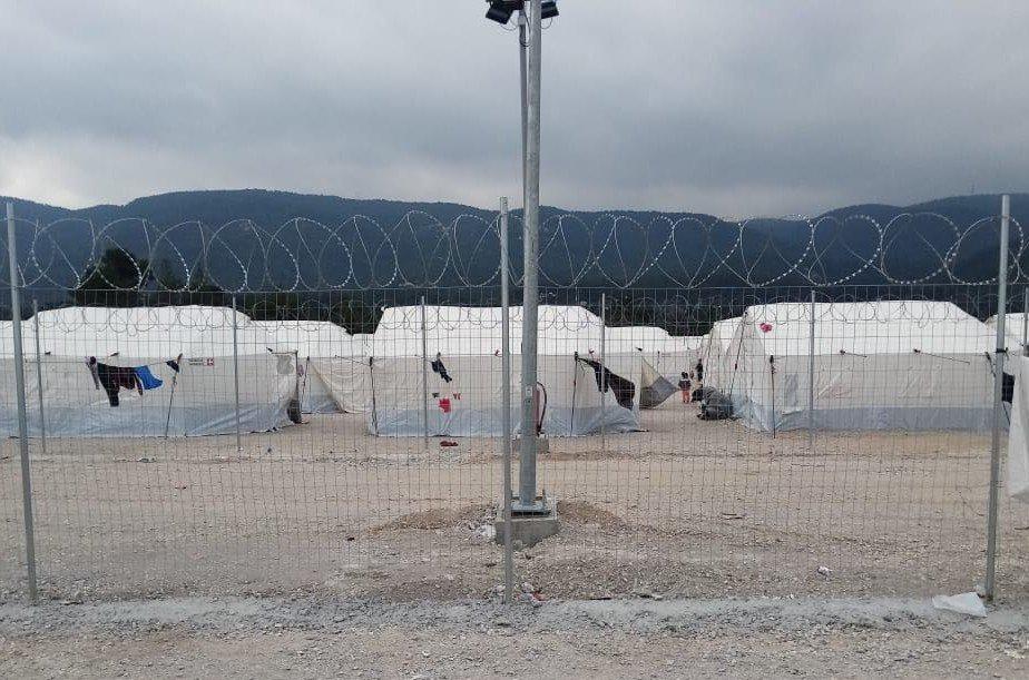 Les migrants ne peuvent pas sortir du camp entouré de grillages. Crédit : DR