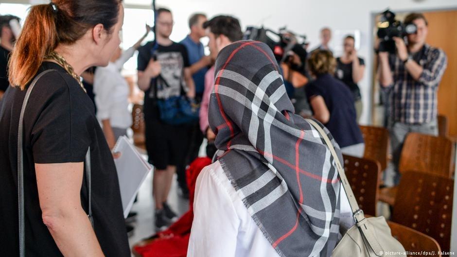 """دادگاهی در برلین پوشش روسری/ چادر توسط یک آموزگار مسلمان را نقض """"قانون بیطرفی آموزگاران"""" در مدارس/مکاتب دانست."""