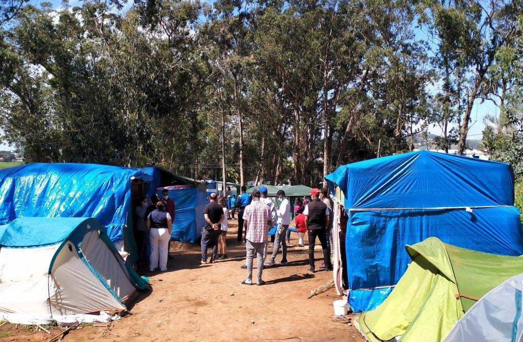 Des migrants campent à l'extérieur du centre de Las Raices, à Ténérife, pour protester contre leurs conditions de vie. Crédit : Twitter / Txema Santana