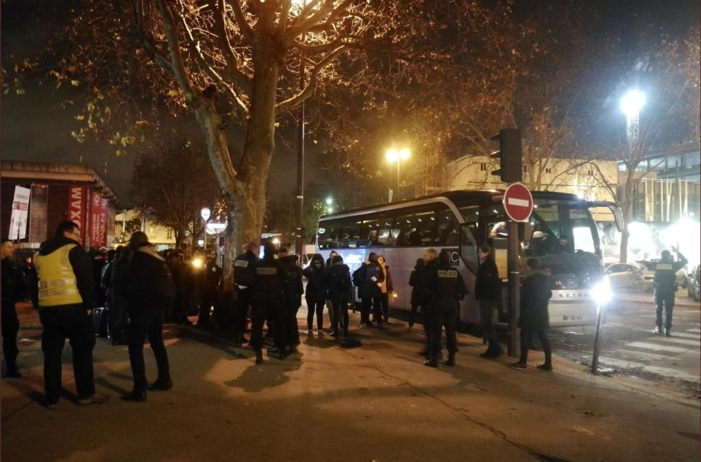 انتقال بیش از ۵۰۰ مهاجر از یک کمپ خودسرانه مهاجران در شمال شرق پاریس به سرپناهها، ۲٨ نومبر ۲۰١۹.  عکس از یوتوپیا ۵۶