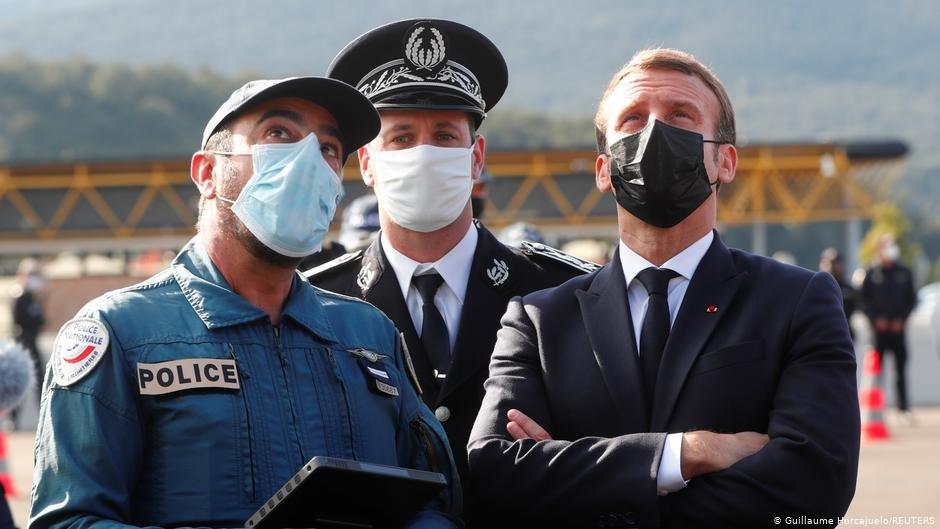 امانوئل مکرون هنگام بازدید از مرز مشترک فرانسه و اسپانیا. عکس از Guillaume Horcajuelo/REUTER