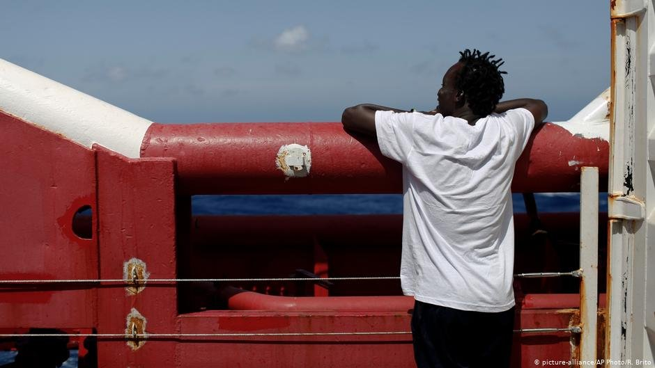 Land ahoy - migrants rejoice as they approach Italy to disembark | Photo: Picture-alliance/AP Photo/R. Brito