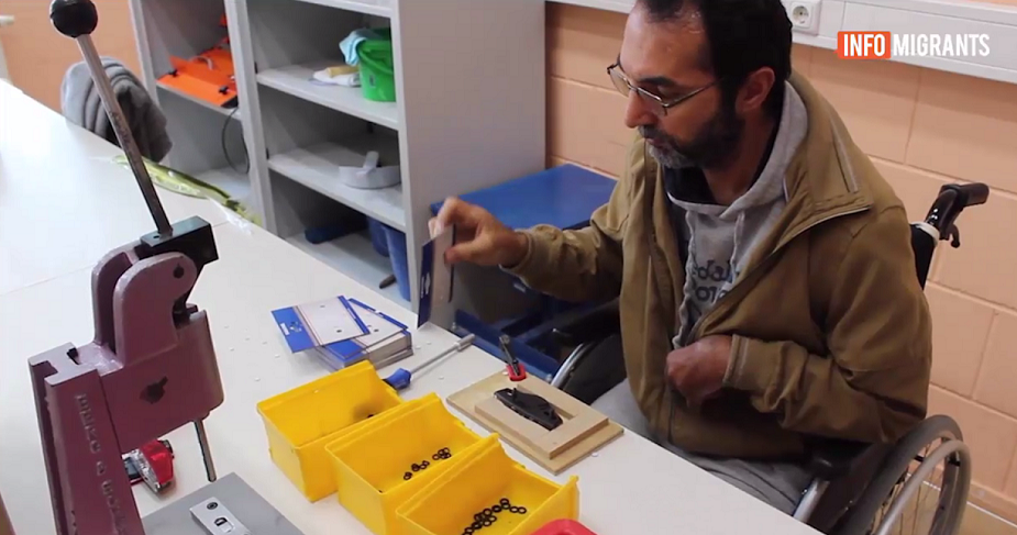 هارون ندا، پناهجوی معلول افغان، در یکی از کارگاه های بسته بندی پرزه جات بایسکل در آلمان کار میکند. عکس گرفته شده از ویدئو/ مهاجر نیوز