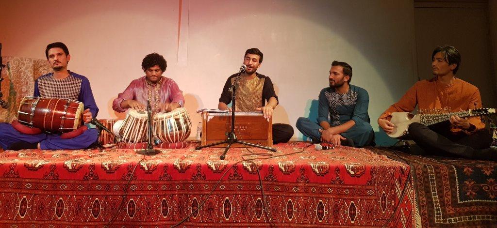 جاوید غنی و همکارانش در اجرای کنسرت افغانی  در پاریس، ۲۷ سپتمبر ۲۰۱۹. عکس از مهاجرنیوز