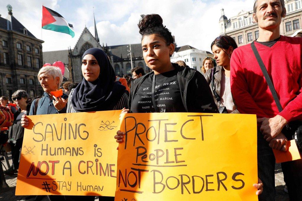 تجمّع احتجاجا على سياسة الهجرة الأوروبية في العاصمة الهولندية أمستردام. المصدر: إي بي إيه/ باس شيروينسكي/ أنسا.