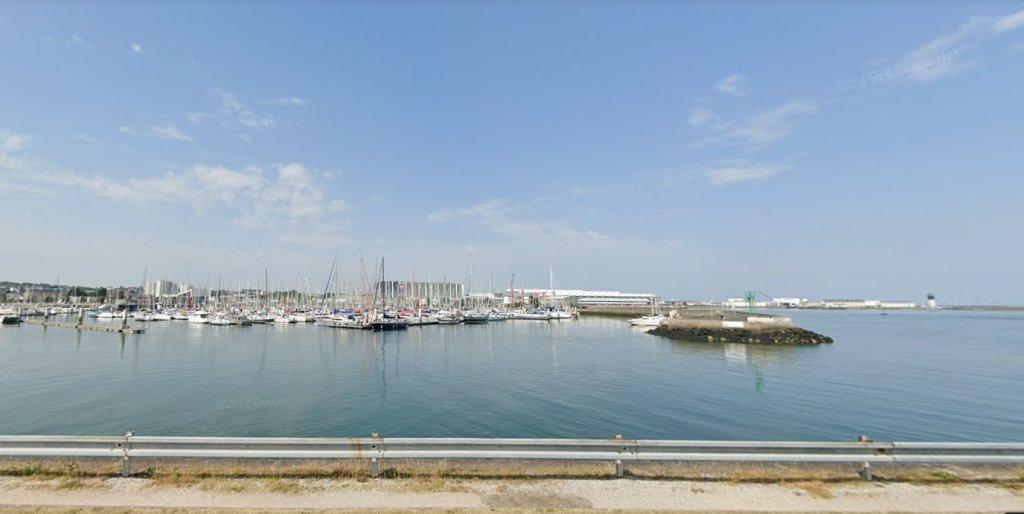 Vue sur le port de Cherbourg d'où sont partis les cinq migrants albanais et leurs trois passeurs. Crédit : Google Street View