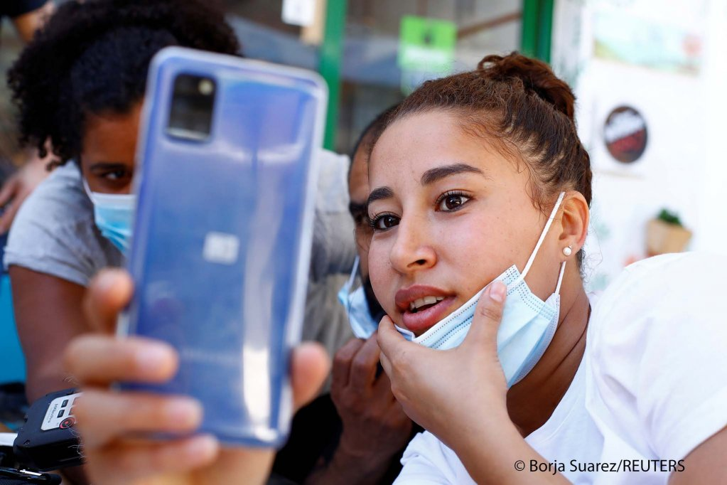 Sarah Bettache reacts during a video call with her brother Ahmed, 19, a migrant from Morocco, in the port of Arguineguin, on the Canary Island of Gran Canaria, Spain, November 17, 2020 | Photo: Borja Suarez / REUTERS