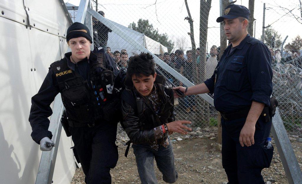 ANSAالصورة: مهاجرون يواجهون رجال الشرطة على الحدود السلوفينية مع كرواتيا.