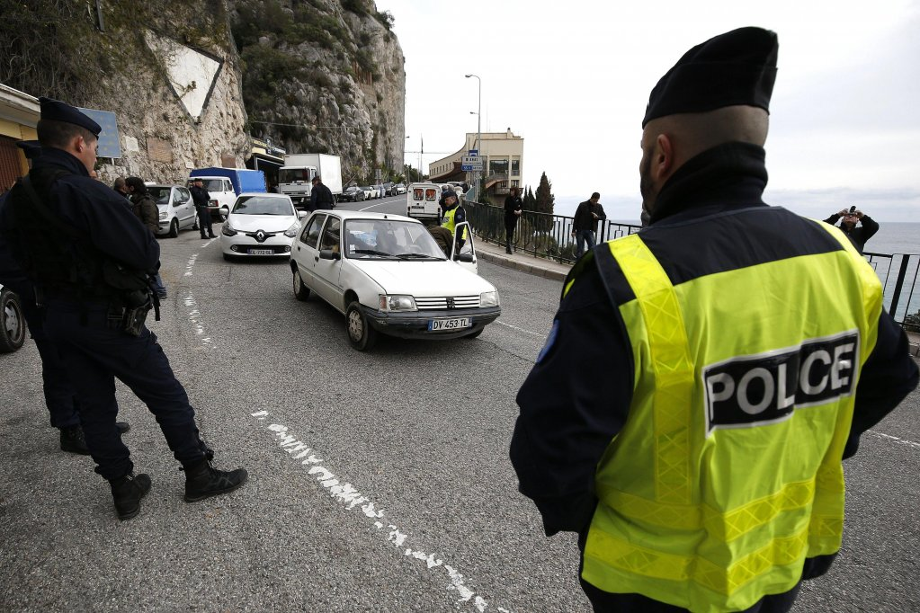French border control police check cars on the border between France and Italy | Photo: EPA/SEBASTIEN NOGIER