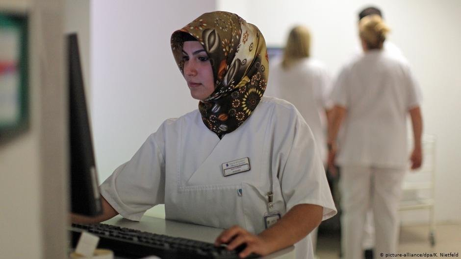 Nurses and care workers are among sought-after professionals in Germany   Photo: picture-alliance/dpa/K. Nietfeld