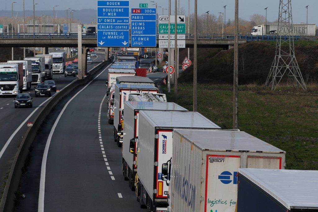 صفی از کامیونهایی که  برای رفتن به انگلستان در ورودی تونل مانش در فرانسه انتظار میکشند. عکس از رویترز