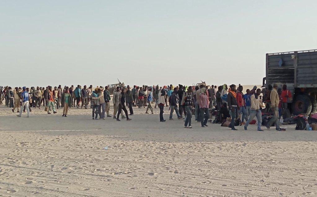 Plus de 250 migrants ont été secourus par l'OIM en plein désert entre la Libye et le Niger. Crédit : OIM
