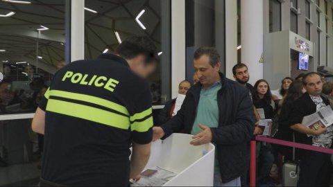 Des Georgiens à l'aéroport tentent de partir pour Paris. Crédit : France 24