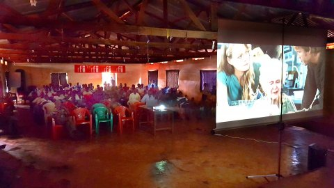 Du cinéma pour les réfugiés, grâce aux Clubs RFI et aux Écrans de la paix