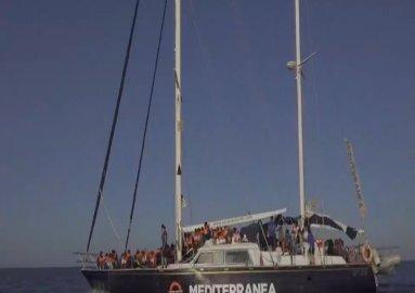 مهاجرون ناجون من غرق سفينة قبالة السواحل التونسية
