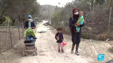 Des personnes migrantes se rendent encore dans le camp de Moria dévasté, à la recherche de quelques affaires.