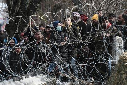 Thousands of migrants race to cross Turkey-Greek border