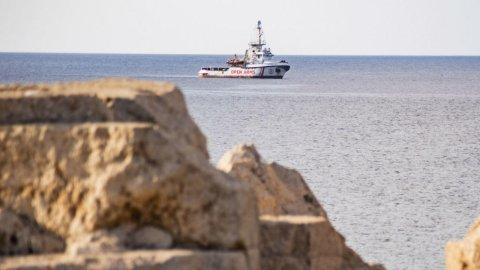 """سفينة """"أوبن آرمز""""لا تزال راسية أمام لامبيدوزا و ترفض التوجه لإسبانيا لـ""""صعوبة الرحلة"""""""
