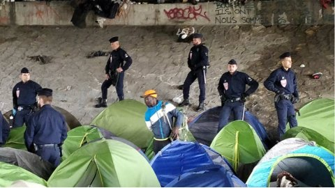 The migrants bussed out of the camps will be taken to shelters in and around Paris