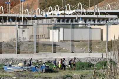 Espagne : au moins 5 000 migrants entrent à Ceuta depuis le Maroc en une seule journée.