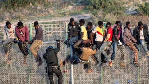 أكثر من 100 مهاجر أفريقي اجتازوا السياج الحدودي بين المغرب وسبتة