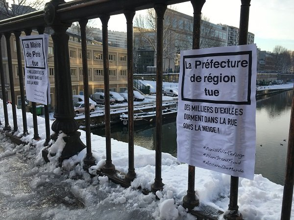 À Paris, des militants ont interpellé les autorités via des affichettes. Crédit : InfoMigrants