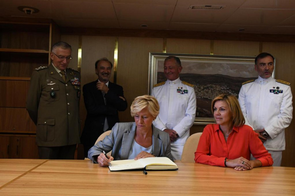 Italian Defence Minister Roberta Pinotti (left) and her Spanish colleague Maria Dolores de Cospedal Garcia sign for Italy's handover of command of the EU naval mission EUNAVFOR Med Operation Sophia to Spain (ANSA / Sophia op. press office)