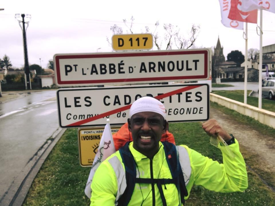 """أندري بيليبي إلومو، 31 سنة، يعبر فرنسا وقريباً إسبانيا باتجاه المغرب في رحلة تستغرق ثلاثة أشهر من إكراما لـ""""موجات الهجرة""""."""