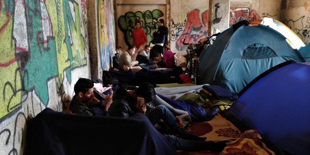 خانواده ها و مردان مجرد در کنار هم، بدون کمترین فاصله برای رعایت حریم خصوصی و جسمی مهاجران. عکس از مهاجر نیوز