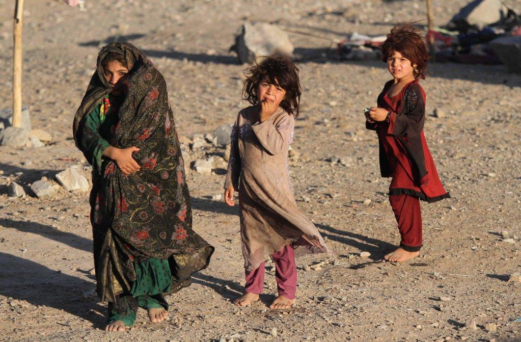 أطفال أفغان مشردون داخليا يعيشون في مأوى مؤقت بمدينة هيرات في أفغانستان. المصدر: إي بي إيه/ جليل رضائي.