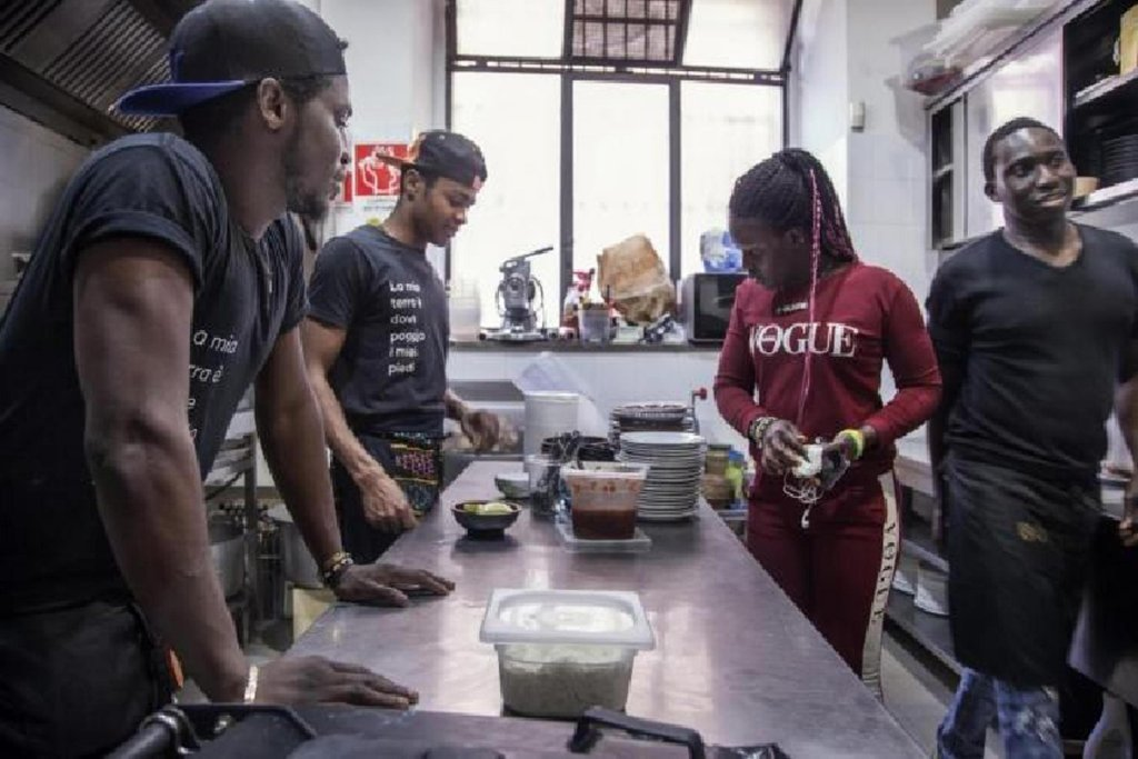 Migrants working in the kitchen of a restaurant  Photo UNICEF